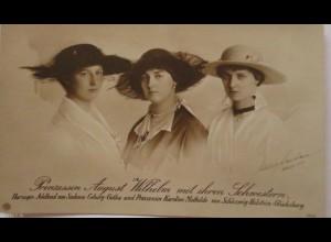Prinzessin Karoline Mathilde zu Holstein-Glücksburg mit ihren Schwestern