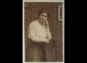 Frau Mode Frisur Stuhl, Fotokarte ca. 1910