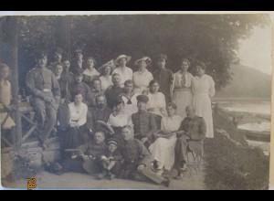 Deutsche Soldaten mit Frauen und Kinder, Fotokarte Pfingsten 1917 (24092)