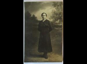 Junge Frau mit schwarzem Kleid und Amulett, Fotokarte ca. 1917 (22512)