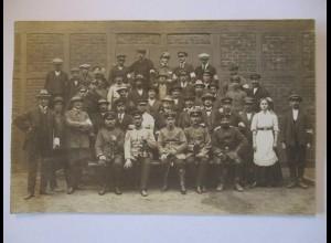 Männer, Frauen, Soldaten, Fotokarte ca. 1910