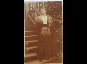 Junge Frau, Pelz-Stola, Muff, Fotokarte mit Widmung