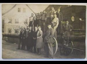 Männer und Frauen, Schild Standard Motor Oil im Hintergrund, Fotokarte