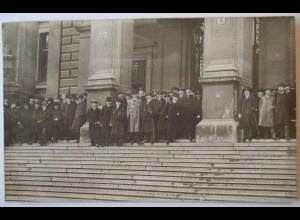 Österreich Wien, Männer vor Gebäude, Fotokarte 1907
